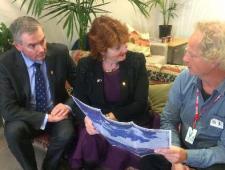 Theunis-Piersma-ontmoet-in-Nieuw-Zeeland-Maggie-Barry-en-Scott-Simpson